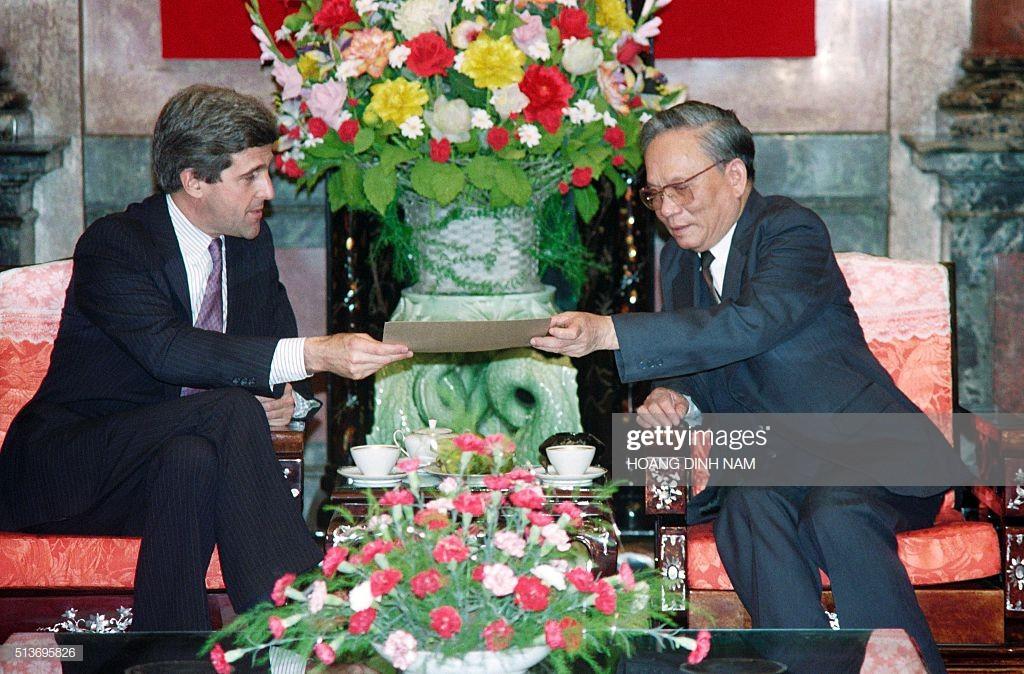 Thượng nghị sĩ Mỹ John Kerry trao cho Chủ tịch nước Lê Đức Anh một bức thư từ Tổng thống Mỹ khi đó là ông George Bush ngày 16/11/1992 tại Hà Nội.