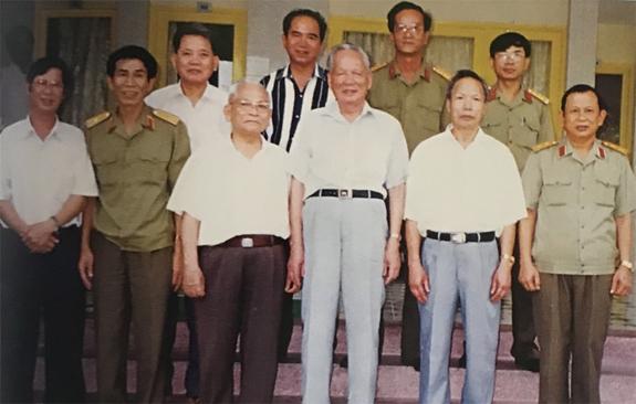 Đại tướng Lê Đức Anh với các đồng chí lãnh đạo, chỉ huy Bộ tư lệnh Quân khu 5, năm 1998.Ảnh tư liệu
