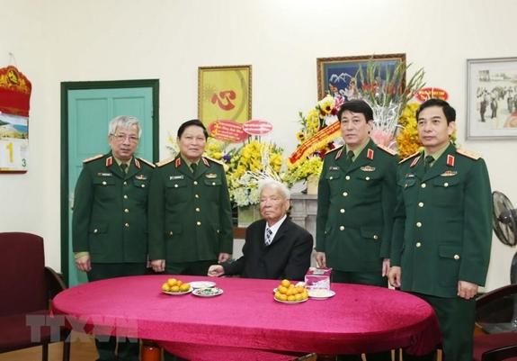Đoàn Quân ủy Trung ương Bộ Quốc phòng chúc thọ đồng chí Đại tướng Lê Đức Anh, nguyên Ủy viên Bộ Chính trị, nguyên Chủ tịch nước tròn 96 tuổi, tháng 12-2016.Ảnh: HỒNG PHA