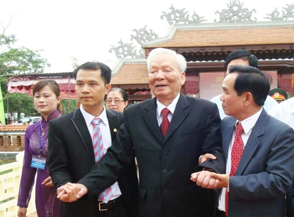 Đại tướng Lê Đức Anh trong Lễ khánh thành nhà văn hóa tại quê nhà (Lộc An, Phú Lộc, Thừa Thiên Huế), tháng 4-2012. Ảnh tư liệu