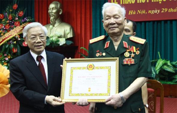 Tổng Bí thư, Chủ tịch nước Nguyễn Phú Trọng trao tặng Huy hiệu 75 năm tuổi Đảng cho đồng chí Lê Đức Anh, ngày 29/7/2013