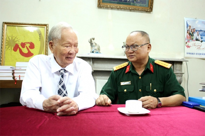 Đại tá Hồ Sơn Đài (bên phải) trong một lần trò chuyện với đại tướng Lê Đức Anh (áo trắng, bên trái)