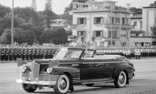 Trung tướng Lê Đức Anh và Đại tướng Võ Nguyên Giáp duyệt binh tại Lễ kỷ niệm 30 năm ngày thành lập nước Việt Nam dân chủ cộng hòa (2/9/1975). (Ảnh: TTXVN)