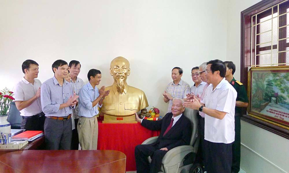 Đại tướng Lê Đức Anh thămlàng cổ Đường Lâm, TX Sơn Tây, Hà Nội, ngày 30/9/2017