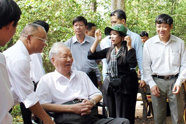 Đại tướng Lê Đức Anh thăm Bộ chỉ huy Miền ở Tà Thiết (Lộc Thành, Lộc Ninh) tháng 5/2012.Ảnh: Báo Bình Phước