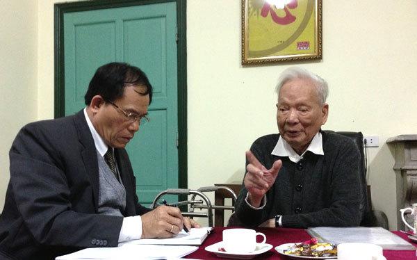 Đại tướng Lê Đức Anh trong một lần trao đổi với tác giả bài viết, đại tá Khuất Biên Hòa.