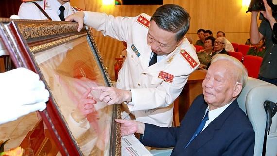 Ông Tô Lâm, Bộ trưởng Bộ Công an trao tặng Cuốn thư ghi nhận công lao, đóng góp cho nguyên Chủ tịch nước Lê Đức Anh.