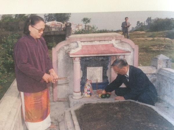 Nguyên Chủ tịch nước Lê Đức Anh cùng em gái Lê Thị Xoan trước mộ mẹ Lê Thị Thoa tại làng Bàn Môn vào năm 2002. Ảnh chụp lại trong cuốn Hồi ký