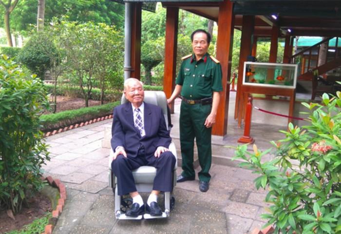 Nguyên Chủ tịch nước Lê Đức Anh và người trợ lý - Đại tá Khuất Biên Hòa.