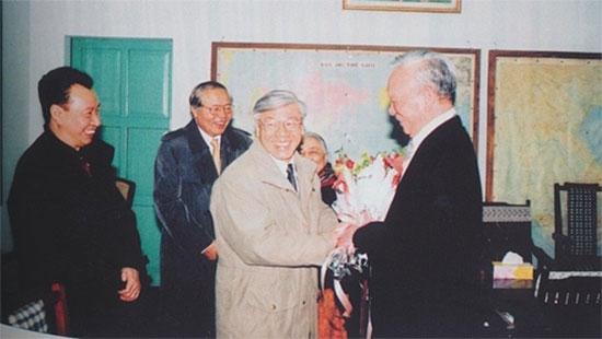 Tổng Bí thư, Chủ tịch nước Nguyễn Phú Trọng (thời điểm đó là Bí thư Thành ủy Hà Nội) tặng hoa cho Đại tướng Lê Đức Anh.