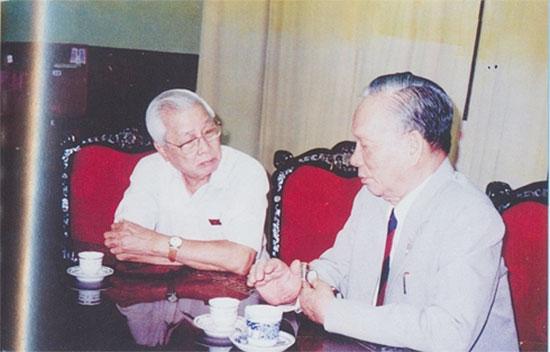 Nguyên Chủ tịch nước Lê Đức Anh và nguyên Thủ tướng Võ Văn Kiệt, thời điểm chụp là sau Đại hội Đảng VII.