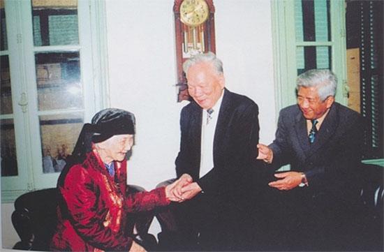Đại tướng Lê Đức Anh chúc thọ mẫu thân của nguyên Chủ tịch MTTQ Việt Nam - Phạm Thế Duyệt.