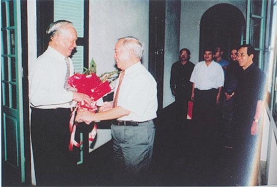 Nguyên Chủ tịch Quốc hội Nguyễn Văn An chúc thọ Đại tướng Lê Đức Anh.