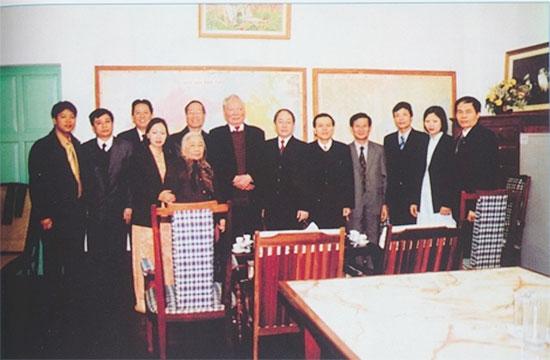 Đồng chí Phan Diễn - nguyên Thường trực Ban Bí thư và Văn phòng Trung ương Đảng đến chúc thọ Đại tướng Lê Đức Anh.