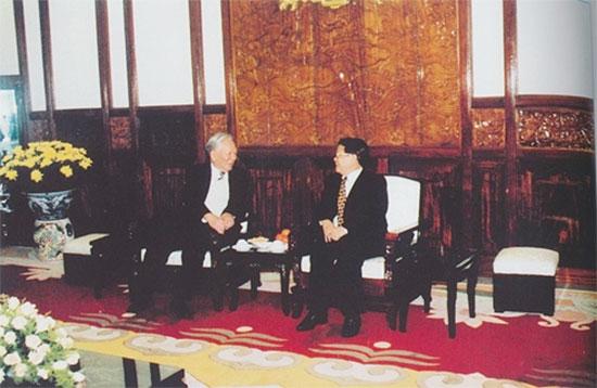 Đại tướng Lê Đức Anh đến thăm và chúc Tết nguyên Chủ tịch nước Trần Đức Lương tại Phủ Chủ tịch.