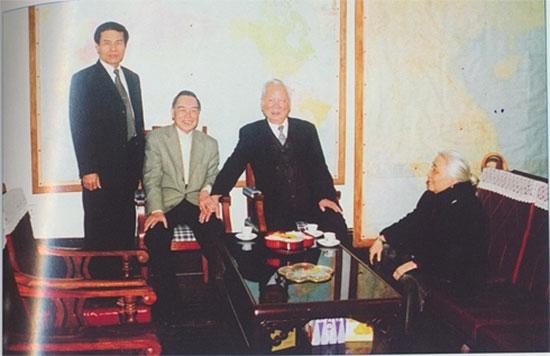 Nguyên Thủ tướng Phan Văn Khải đến thăm Đại tướng Lê Đức Anh và phu nhân.