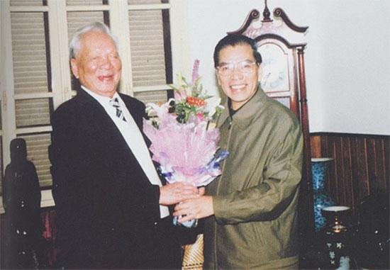 Đại tướng Lê Đức Anh cùng nguyên Tổng Bí thư Nông Đức Mạnh.