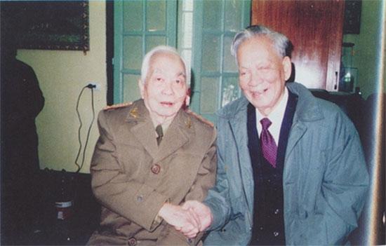 Đại tướng Lê Đức Anh và Đại tướng Võ Nguyên Giáp trong dịp Tết Đinh Sửu 1997.