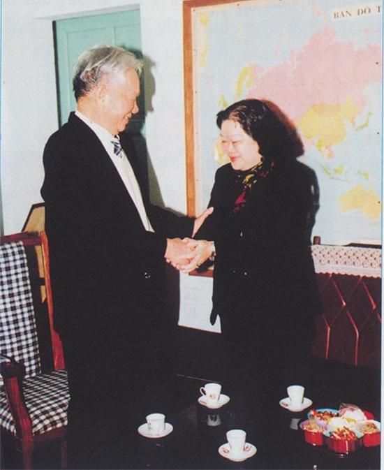 Nguyên Phó Chủ tịch nước Trương Mỹ Hoa đến thăm và báo cáo Đại tướng Lê Đức Anh về