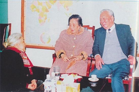 Nguyên Phó Chủ tịch nước Nguyễn Thị Bình thăm và chúc thọ đồng chí Lê Đức Anh và phu nhân.