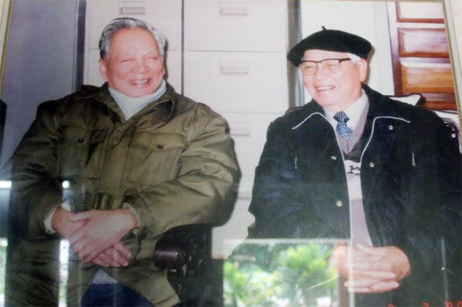 Hai cố vấn Ban Chấp hành Trung ương Đảng, Đại tướng Lê Đức Anh và nguyên Thủ tướng Võ Văn Kiệt trong dịp kỷ niệm 70 năm Ngày thành lập Đảng (3-2-2000).