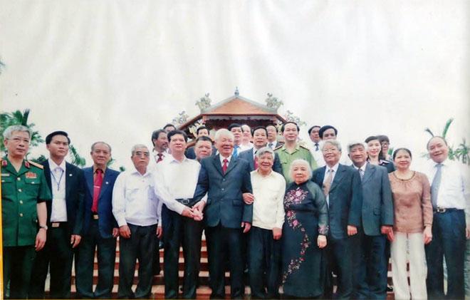 Nguyên Chủ tịch nước, Đại tướng Lê Đức Anh cùng các đại biểu chụp ảnh lưu niệm tại buổi lễ khánh thành nhà văn hóa, thư viện của Đại tướng ở thôn Bàn Môn.