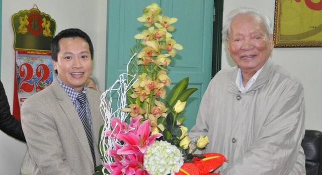 Nhà báo Bùi Ngọc Hải - Phó Tổng Biên tập báo điện tử Trí thức trẻ tặng hoa chúc mừng Đại tướng Lê Đức Anh (Ảnh: Tuấn Nam)