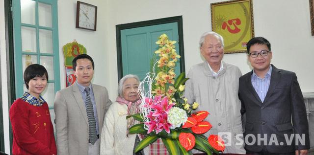 Đại diện Ban Biên tập báo điện tử Trí thức trẻ chụp ảnh lưu niệm cùng Đại tướng Lê Đức Anh và phu nhân