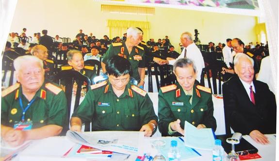 Đại tướng Lê Đức Anh trong một lần gặp mặt đồng đội tại TPHCM (Trung tướng Lê Nam Phong, hàng trên, thứ nhất từ trái sang). Ảnh: QĐND