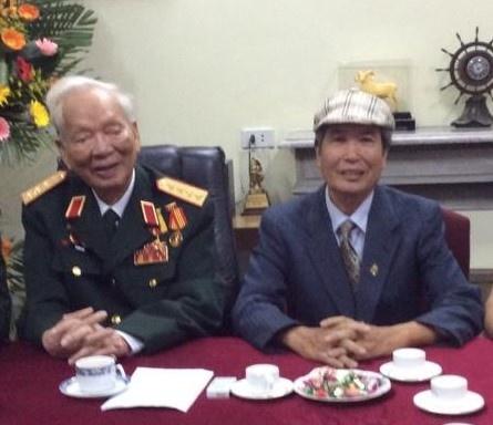 """Đại tướng Lê Đức Anh chụp ảnh lưu niệm với nhà văn Minh Chuyên khi làm bộ phim tài liệu """"Bức thông điệp lịch sử"""""""