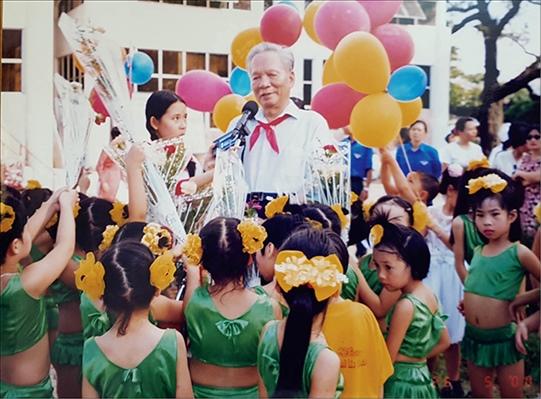 Nguyên Chủ tịch nước Lê Đức Anh với các cháu thiếu nhi ở Huế năm 2000 Ảnh: VĂN PHÒNG TỈNH ỦY THỪA THIÊN HUẾ