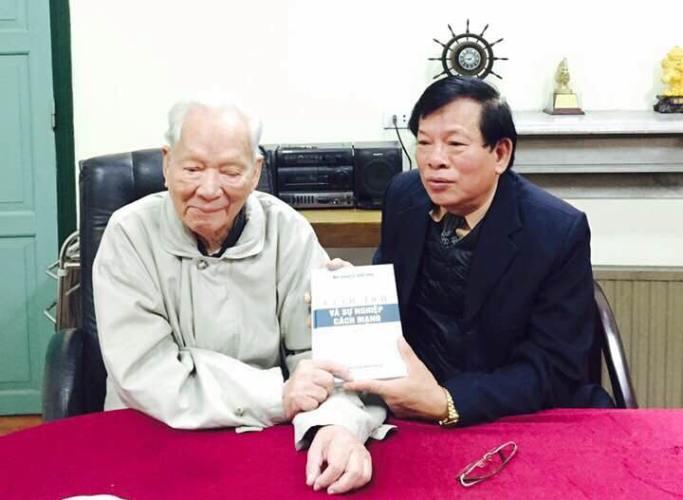 Đại tướng Lê Đức Anh tặng sách Trung tướng Nguyễn Mạnh Đẩu (ảnh Trung tướng Nguyễn Mạnh Đẩu cung cấp).
