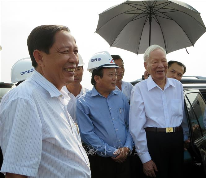 Đại tướng Lê Đức Anh thăm công trình cầu Cái Lớn và Cái Bé bắc qua vùng căn cứ cách mạng U Minh Thượng (Kiên Giang). Ảnh: TTXVNphát