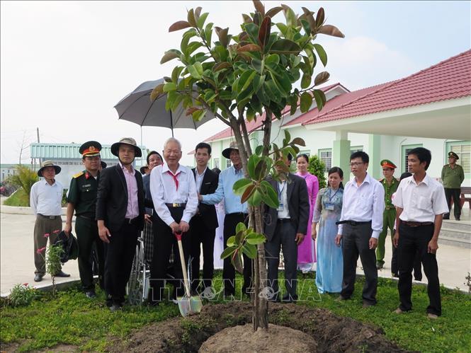 Đại tướng Lê Đức Anh trồng cây lưu niệm tại Trường THPT Nam Yên, huyện An Biên (Kiên Giang). Ảnh: TTXVN phát