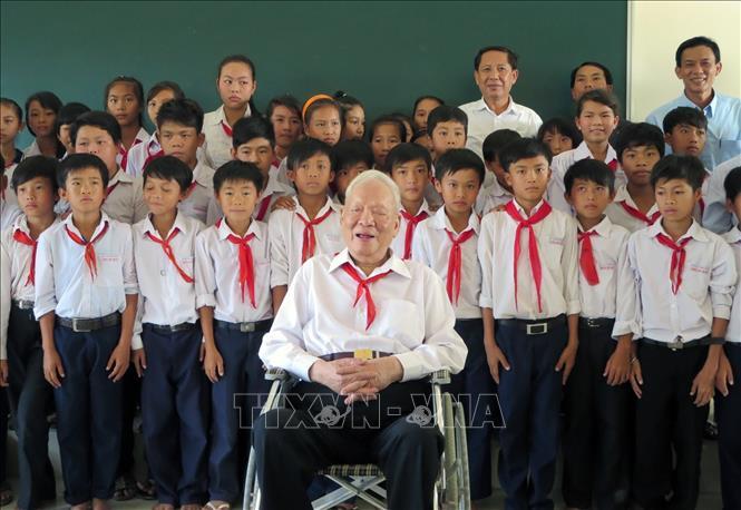 Đại tướng Lê Đức Anh chụp ảnh lưu niệm với các em học sinh Trường THPT Nam Yên, huyện An Biên (Kiên Giang). Ảnh: TTXVN phát