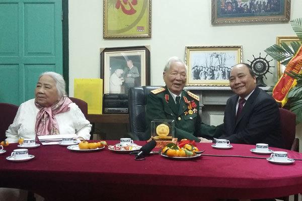 Đại tướng Lê Đức Anh cùng Thủ tướng Nguyễn Xuân Phúc (khi ấy là Phó Thủ tướng) trong lễ mừng thọ năm 2014 của ông. Ảnh:Vietnamnet.