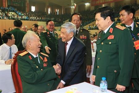Nguyên Tổng bí thư Lê Khả Phiêu và Bộ trưởng Quốc phòng Ngô Xuân Lịch thăm hỏi Đại tướng Lê Đức Anh năm 2015. Ảnh:Quân khu 7.