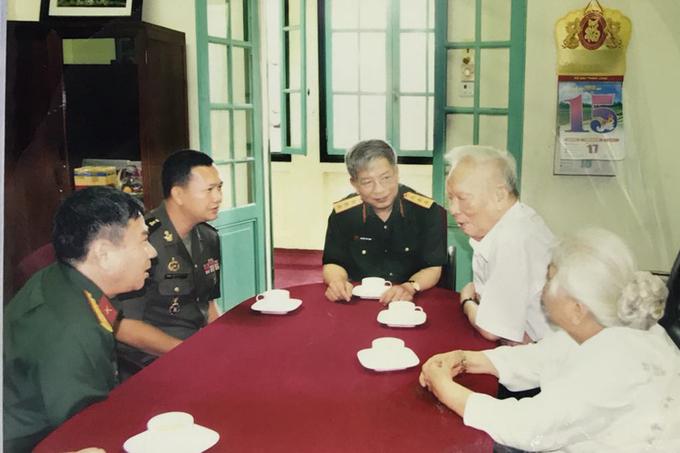 Đại tướng Lê Đức Anh (thứ hai từ phải sang) cùng phu nhân trong một lần tiếp khách tại nhàsố 5A, Hoàng Diệu. Ảnh: Tư liệu gia đình.