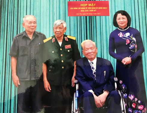 Thiếu tướng Lê Xã Hội chụp ảnh cùng Đại tướng Lê Đức Anh năm 2017