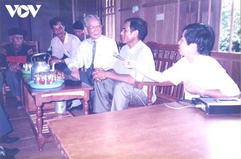 Nguyên Chủ tịch nước Lê Đức Anh với đồng bào Tây Nguyên. Nhà báo Trương Cộng Hòa đang cầm micro để ghi âm cuộc trò chuyện của Chủ tịch nước.