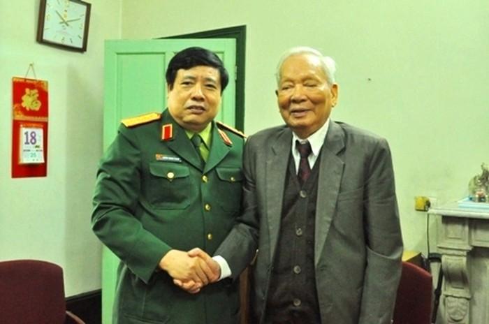 Bộ trưởng Phùng Quang Thanh bày tỏ sự biết ơn đối với những đóng góp cho Quân đội nhân dân Việt Nam của Đại tướng Lê Đức Anh (Ảnh: Tuấn Nam)