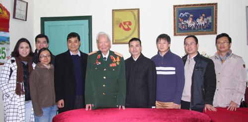 Đại tướng Lê Đức Anh chụp chung với các cựu du học sinh Việt Nam tại Mỹ năm 2006. Ảnh: Vietnamnet