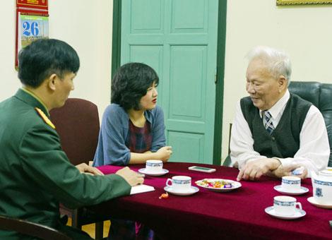 Đại tướng Lê Đức Anh gặp gỡ và trò chuyện với phóng viên Chuyên đề An ninh thế giới Giữa tháng - Cuối tháng. Ảnh: Đinh Nguyễn