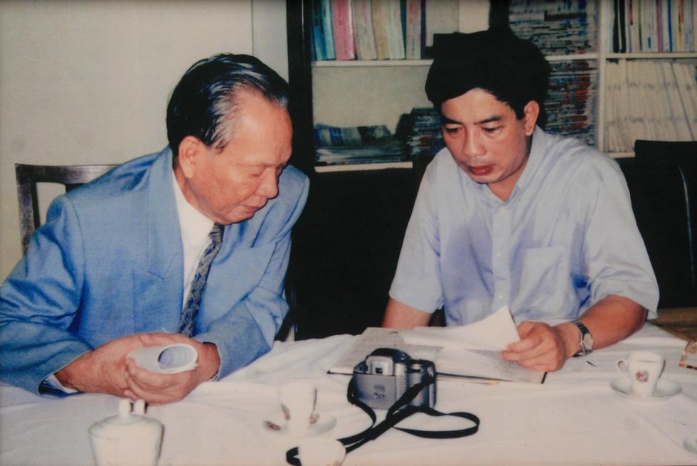 Tác giả Nguyễn Chí Vịnh trong một lần báo cáo công việc với Đại tướng Lê Đức Anh năm 2000 - Ảnh: Tư liệu