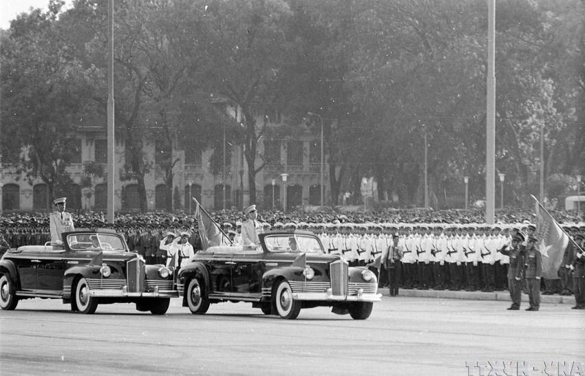 Trung tướng Lê Đức Anh (trên xe bên trái) cùng Đại tướng Võ Nguyên Giáp duyệt binh ngày 2 tháng 9 năm 1975