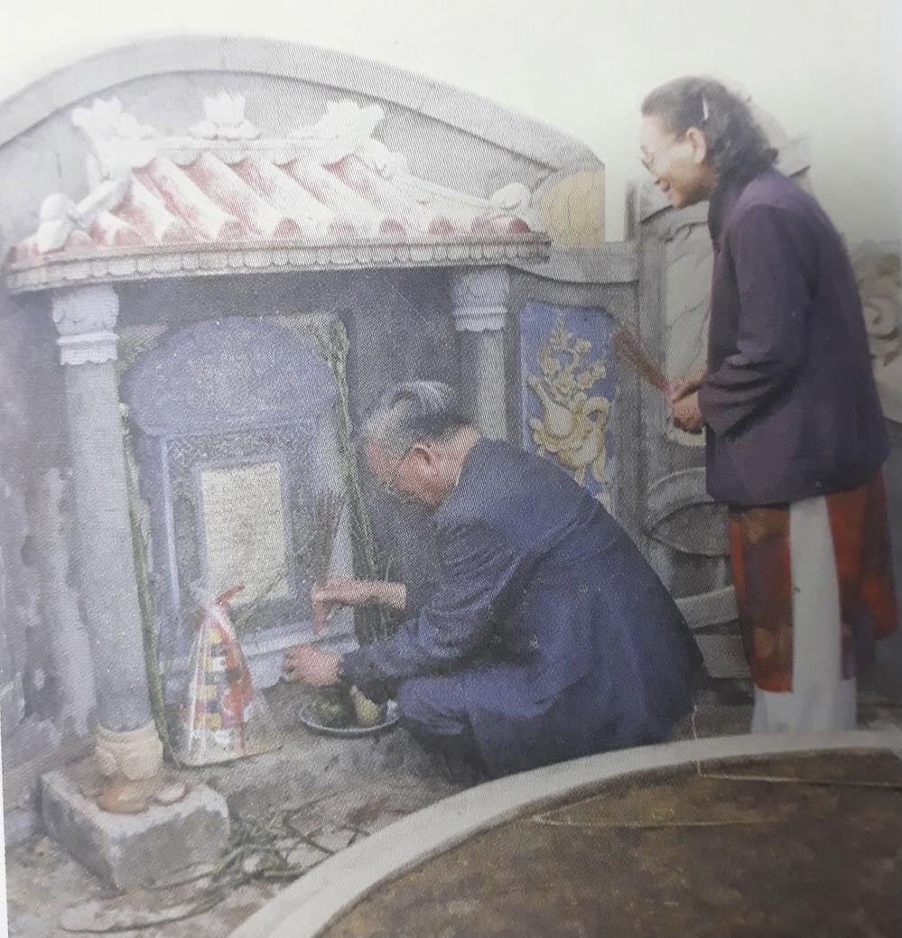 Đại tướng Lê Đức Anh và em gái Lê Thị Xoan trước mộ cha Lê Quang Tuý tại Bàn Môn (Truồi), xã Lộc An, huyện Phú Lộc, Thừa Thiên Huế, năm 2002