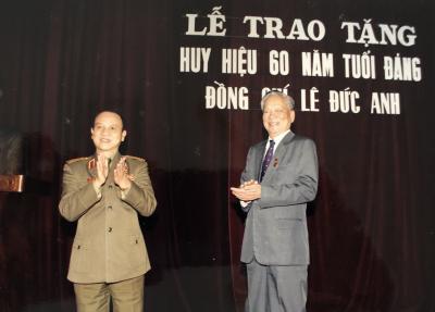 Đại tướng Lê Đức Anh tại Lễ trao tặng Huy hiệu 60 năm tuổi Đảng