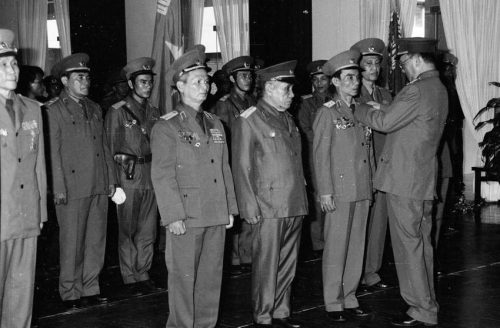 Đại tướng, Bộ trưởng Quốc phòng Lê Đức Anh trao tặng Danh hiệu Anh hùng lực lượng vũ trang cho 3 đơn vị và trao 8 Huân chương Quân công hạng Nhất cho cán bộ, chiến sĩ và đại diện các gia đình có người thân hy sinh trong khi làm nhiệm vụ quốc tế tại Campuchia. (Ảnh: Minh Điền-TTXVN)