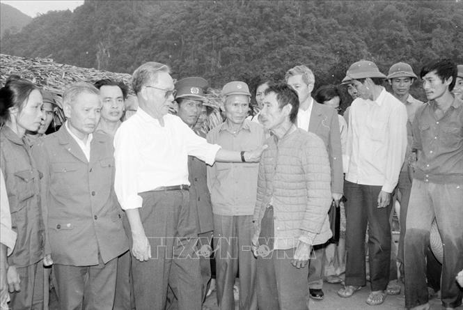 Chủ tịch nước Lê Đức Anh thăm hỏi, động viên một gia đình tại làng Mô (Quảng Bình) bị thiệt hại nặng nề về người trong trận lũ quét (1992). Ảnh: TTXVN