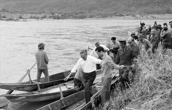 Chủ tịch nước Lê Đức Anh đi xuồng sang thăm nhân dân làng Mô (Quảng Bình) bị thiệt hại nặng nề về người trong trận lũ quét (1992). Ảnh: TTXVN